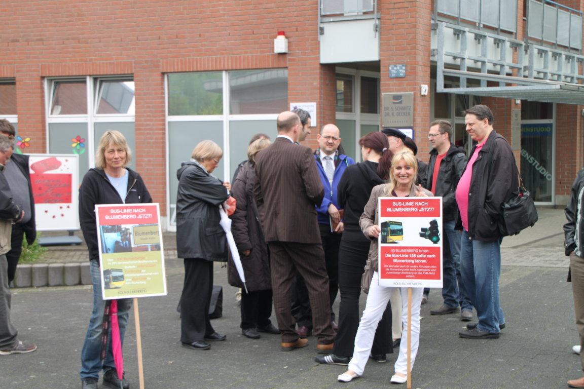 Mitglieder der IG Blumenberg fordern eine Buslinie. Ortstermin am 02. Mai 2012 Foto: J. Petrikowski