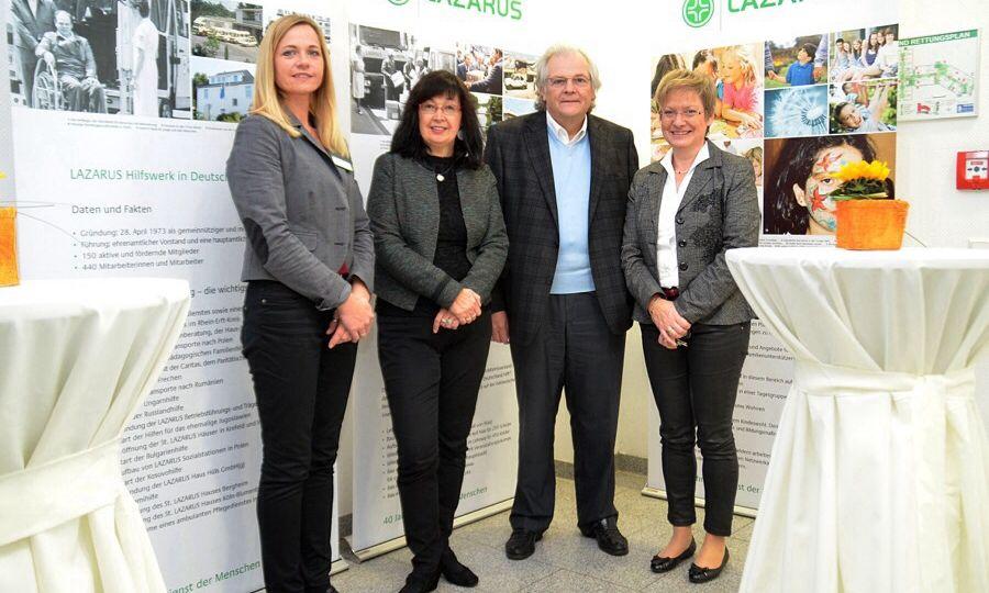 Auf dem Foto: v.l.n.r.: Claudia Hillen, Einrichtungsleitung; Cornelie Wittsack-Junge, Bezirksbürgermeisterin; Wolfgang Haehn, Vorstandsmitglied des LAZARUS Hilfswerkes; Vera Becher-Andre, Projektleiterin