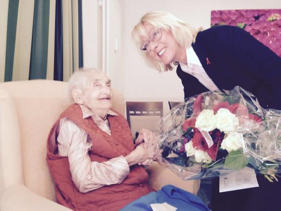 Bürgermeisterin, Elfi Scho-Antwerpes gratuliert Marta Weinreich zum 105 Jahre alt