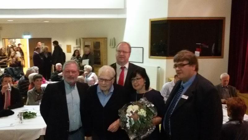Gruppenfoto der ehemaligen und des amtierenden Bezirksbürgermeister(s)