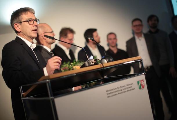 """Prof. Ludwig Wappner, Vorsitzender der Jury, erklärte, der Siegerentwurf schaffe """"eine kluge Verbindung zwischen den Stadtteilen Blumenberg und Chorweiler""""."""