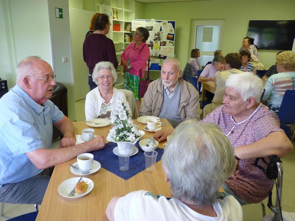 Gesellige Senioren-Runde im neu gestalteten Parea-Gemeinschaftsraum der Forenzer Str. 32,Foto: Anita Bous, NWiA e.V.