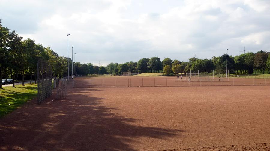 Sportplatz mit sechs Masten