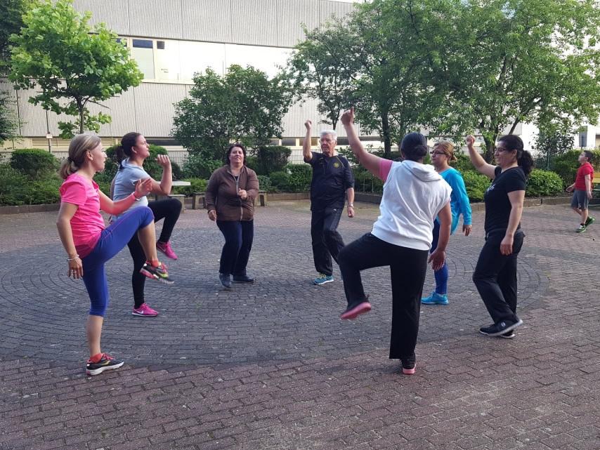 Dipl.-Sportwissenschaftlerin Alexandra Stempin (l.) trainiert mit Hobbyläufern