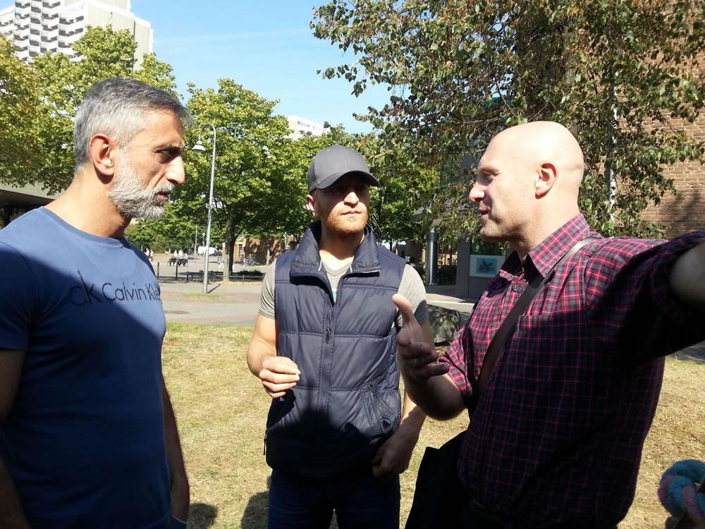 Streetworker R. Friedrich (rechts) in einer Diskussion mit aktiven Bürgern (Cemal Salman und Miydat Koc, v.l.)