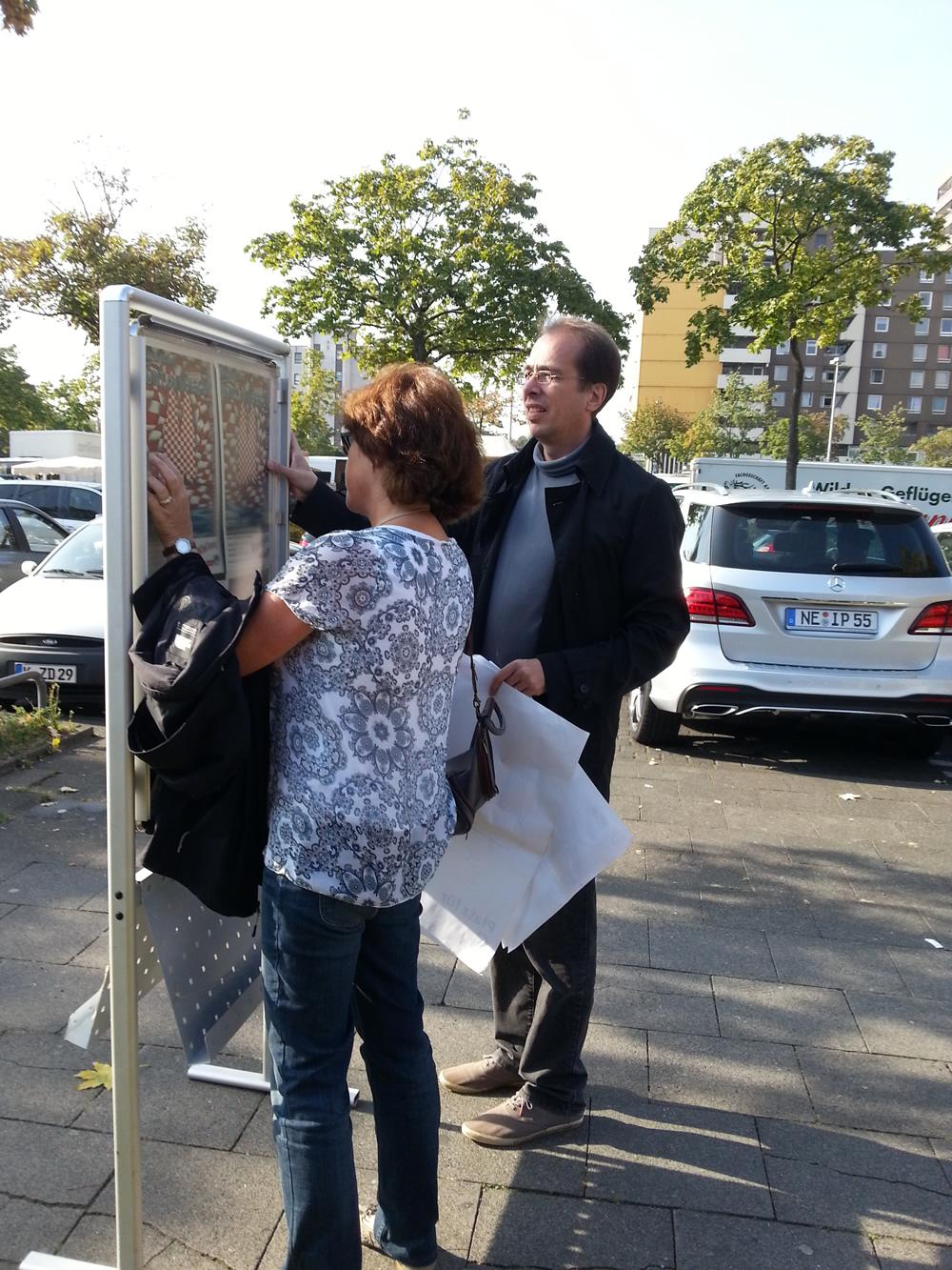Herr Schwark vom Planungsamt und Frau Weber von Bürgerzentrum sorgen für PR.