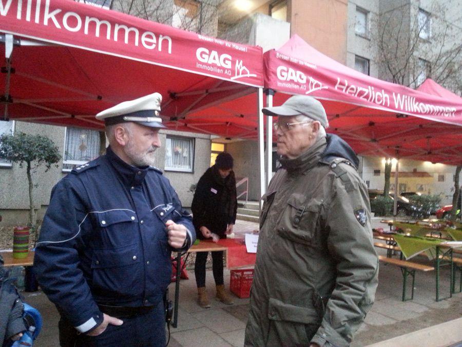 Polizist Herr Sawallicz im Gespräch mit GAG-Mieter Herrn Schlösser