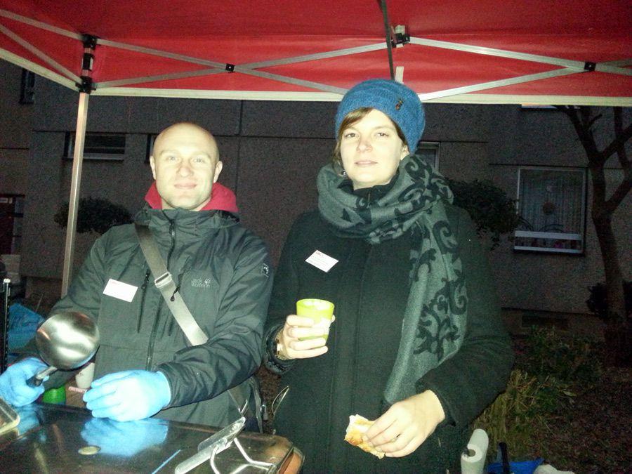 Streetworker R. Friedrich und GAG-Sozialarbeiterin A. Löchner am Stand