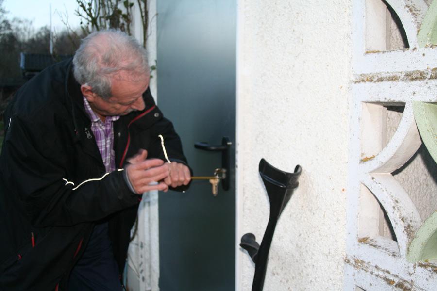 Beide Türen der Laube von Herrn Bitz wurden aufgebrochen. Es ist keine leichte Aufgabe für den Senior, der sich nur mithilfe zweier Gehstöcke fortbewegen kann, sie wieder in Stand zu setzen.