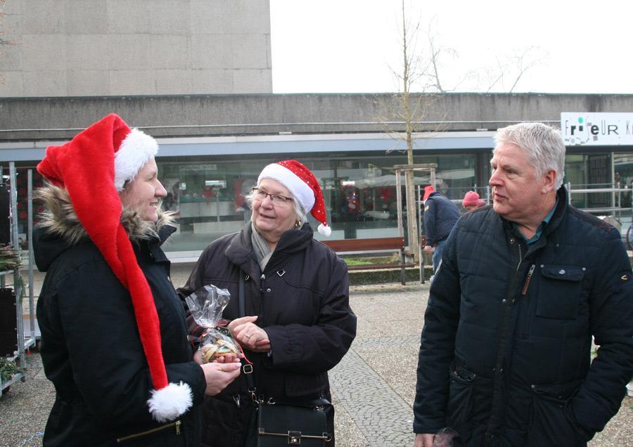 V.l.n.R: Tanja Sopora, Ingrid Ottenberg vom Schützenverein und MdL A. Kossiski  (SPD)