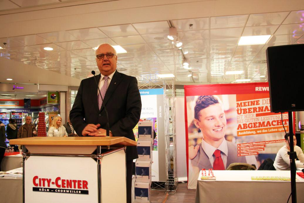 Der Kölner Bürgermeister Hans-Werner Bartsch lobt das Engagement des City Centers