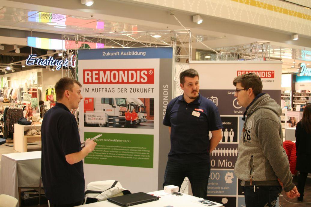 Edgar Koop, Roy Cox (Ausbilder) von REMONDIS im Gespräch mit Schüler Thomas Büttgen