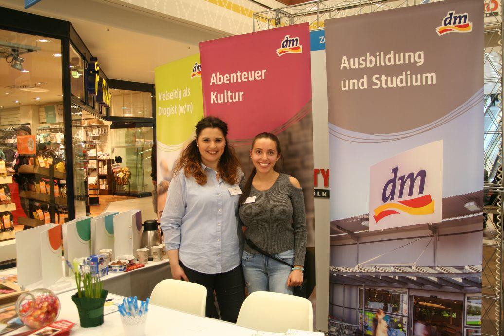 Vanessa Avino und Natalie Dietz präsentieren den Drogeriemarkt dm