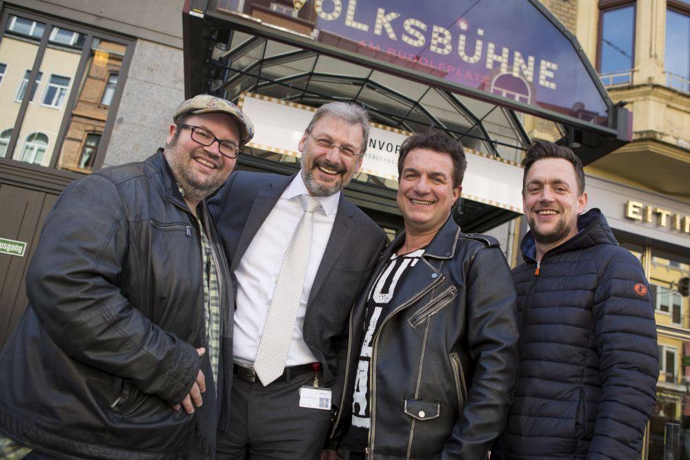 Auf dem Foto (v. l.): Björn Heuser (Sänger und Jurymitglied), Uwe Eichner (Vorstandsvorsitzender der GAG Immobilien AG), Linus (Entertainer und Schirmherr des Wettbewerbs), Daniel Müller von
