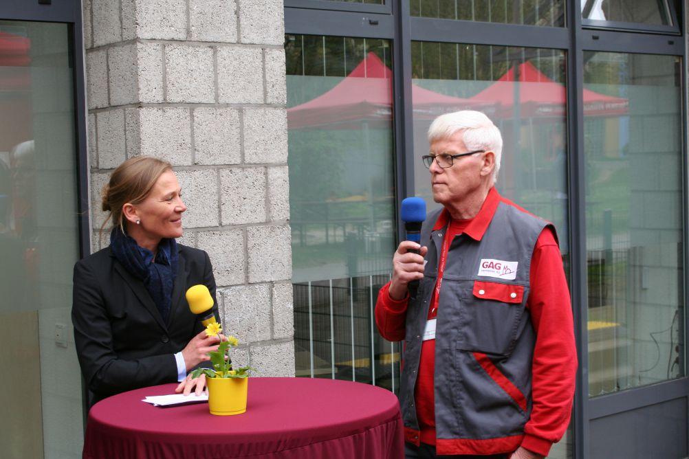 Hausmeister Herr Schlosser (rechts im Bild) betreut seit 35 Jahren die Mieter