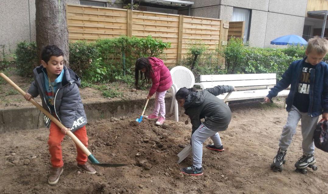 Mit vollem Einsatz bereiten die Kinder den Boden vor