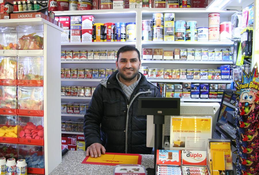 """""""Ich habe selber Kinder, Jugendschutz ist für mich wichtig"""". Kioskbesitzer Mehmet Özmele aus Seeberg verkaufte keinen Tabak an den jugendlichen Tester Leon."""