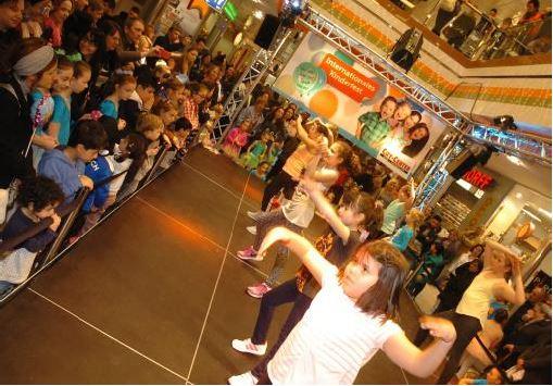 Auftritt Kindertanzgruppen auf Aktionsbühne im City Center Chorweiler