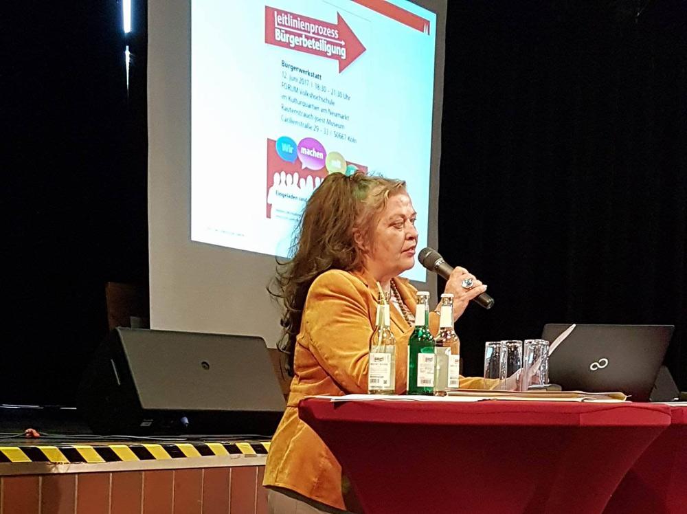 """Etwas mehr Emotionen in die sonst relativ nüchterne Diskussion hat Frau Schröder, Bewohnerin von Chorweiler, mit ihrer """"Liebeserklärung an Chorweiler – die geschmähte Diva vun Kölle""""  eingebracht."""