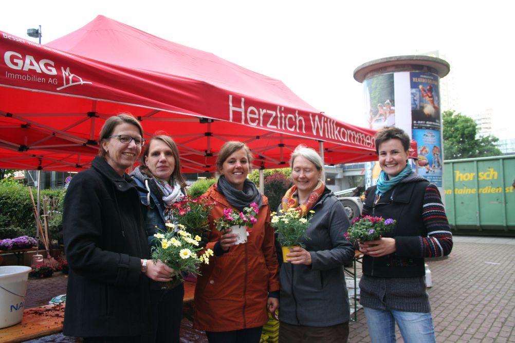 Das Team der GAG AG organisierte die Ausgabe (v. L. n. R.): Frau Schäfer (Leiterin des Quartierszentrums in Chorweiler), Frau Beyenburg (Sozialarbeiterin), Frau Özgentürk (Sozialarbeiterin), Frau Klein (Teamleiterin), Frau Vandamme (Sozialarbeiterin).