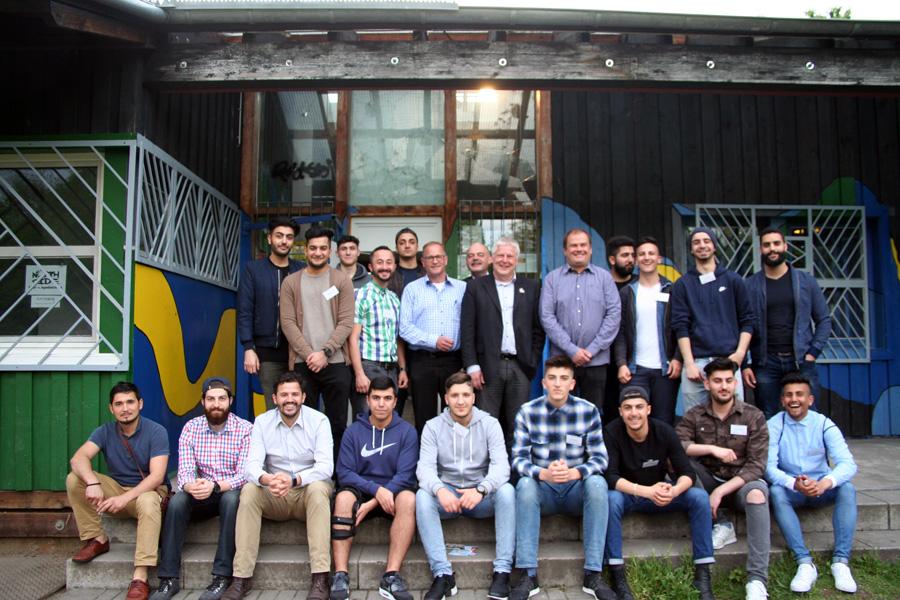 Gruppenfoto: Debattierclub mit den Landtagskandidaten
