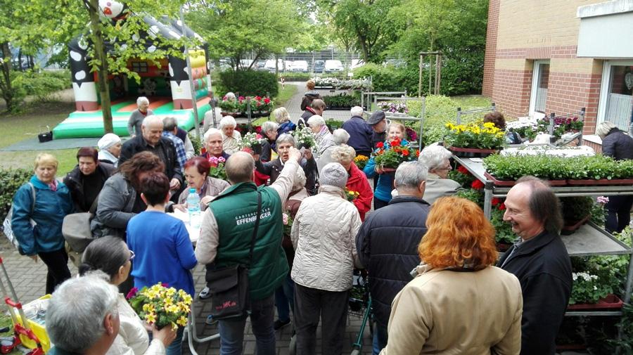 Zeitweilig bildeten sich an den Ausgabestellen Warteschlangen (3. Mai, Blumenmarkt von Sahle Wohnen, Stresemannstraße 12 bis 34, Porz)
