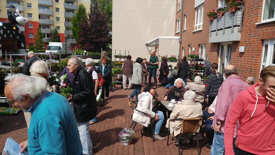 Zahlreiche Besucher nutzten den Blumenmarkt ebenso für einen Plausch mit den Nachbarn. (Blumenmarkt von Sahle Wohnen, 9. Mai, Rotterdamer Straße 37, Riehl)
