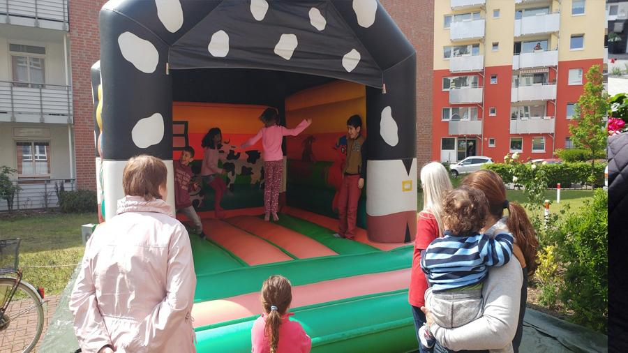 An kinderreichen Wohnstandorten sorgten Hüpfburg und Kinderschminken zusätzlich für gute Unterhaltung.
