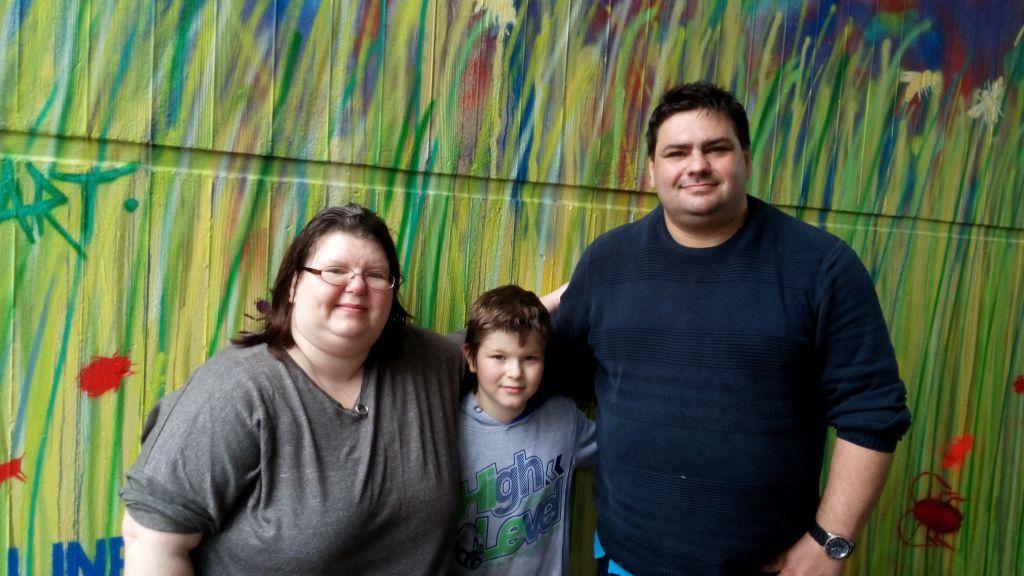 Max (10) hat auch seine Fußspur auf der Wand hinterlassen. Auf dem Bild mit seiner Mutter Tanja Stuß und ihrem Lebensgefährten Manfred Röhr.