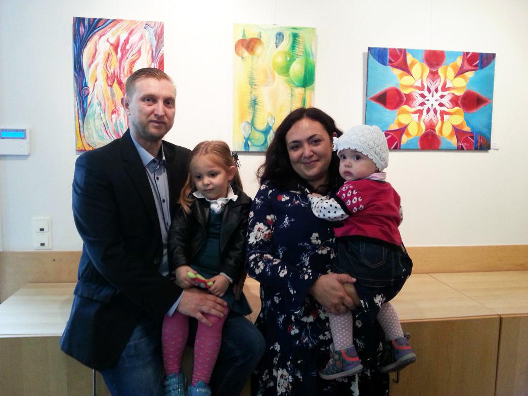 David Binder mit Frau Natalia und beiden Töchtern.