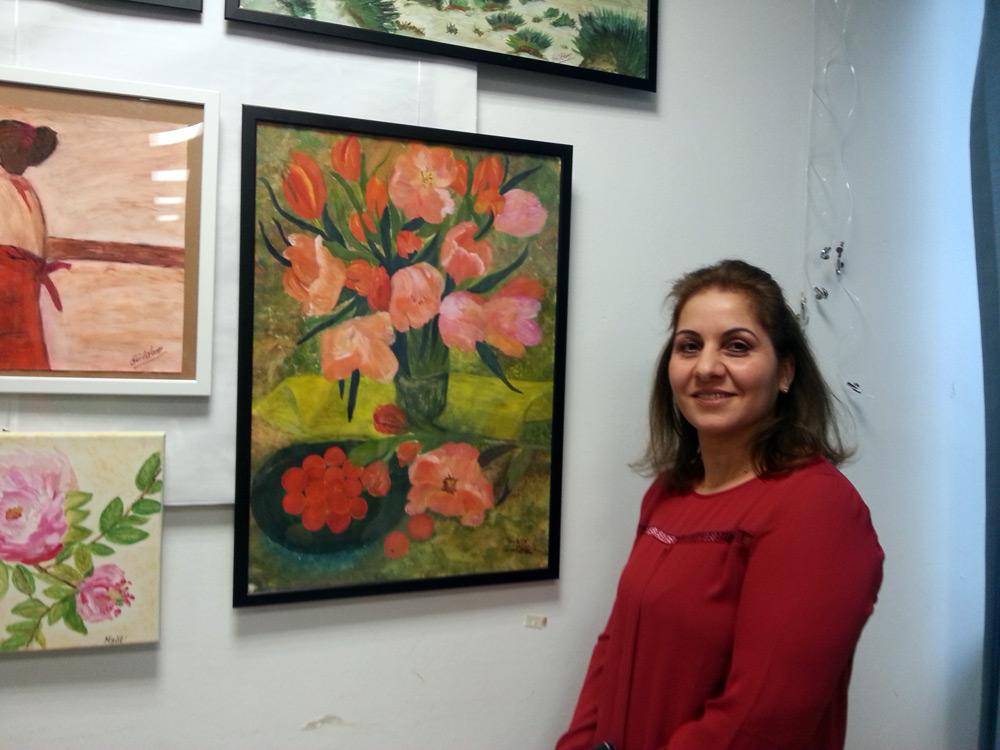 Sükran Akkus neben ihrem Bild