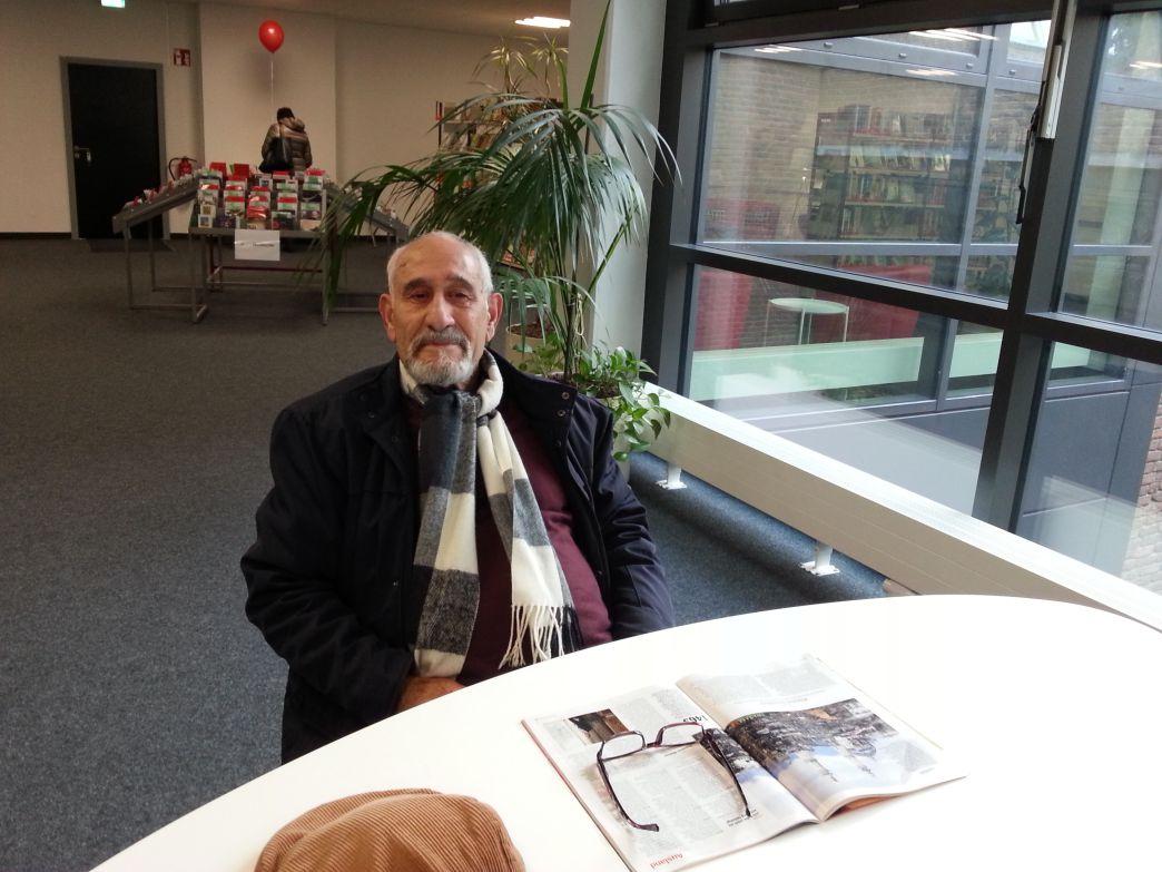 Herr Samii ist Stammgast in der Bibliothek.