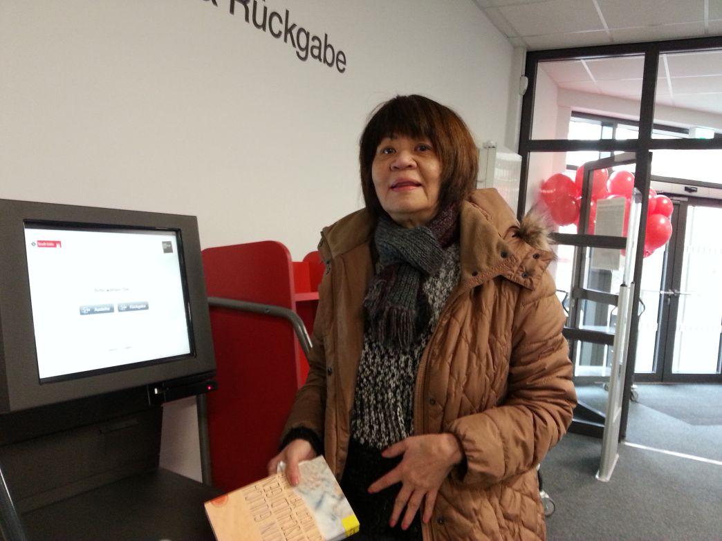 Frau Yvonne Lamm ist gerne Kundin der Bibliothek, ihre Enkelkinder auch.