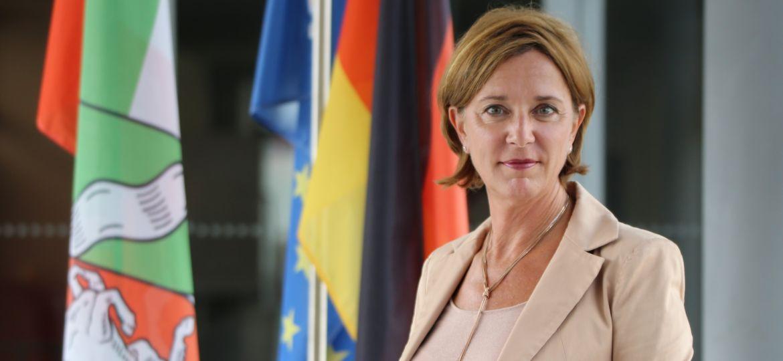 Portrait-Ministerin-Fahnen