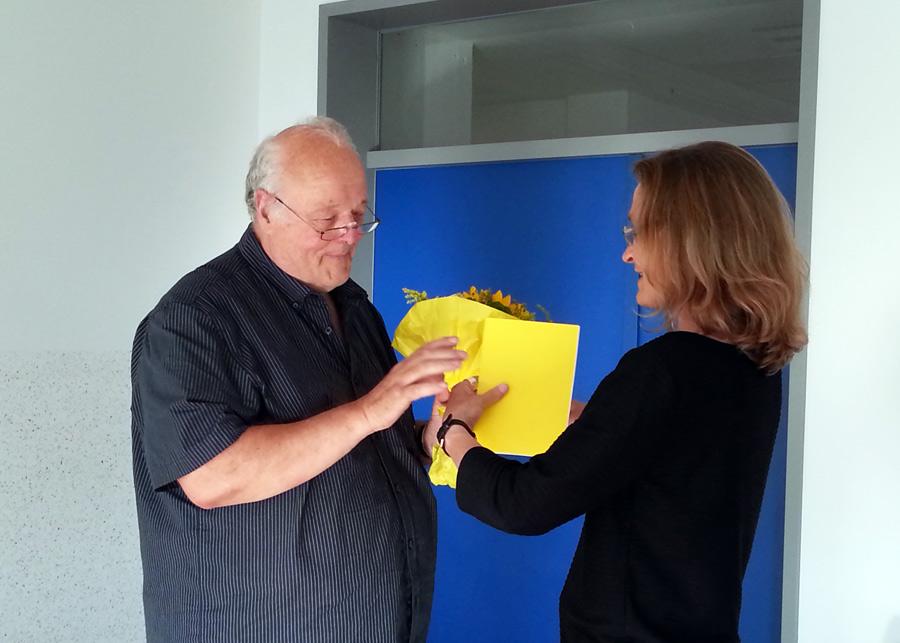 Ingrid Hach (Vorsitzende des Kindernöten e.V.) würdigt das Engagement von D. Geiß.
