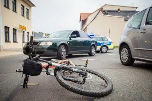 Rennradfahrer durch Dooring-Unfall leicht verletzt